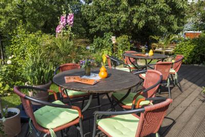 Die idyllische Terrasse mit Blick auf den Garten des Caféstübchens